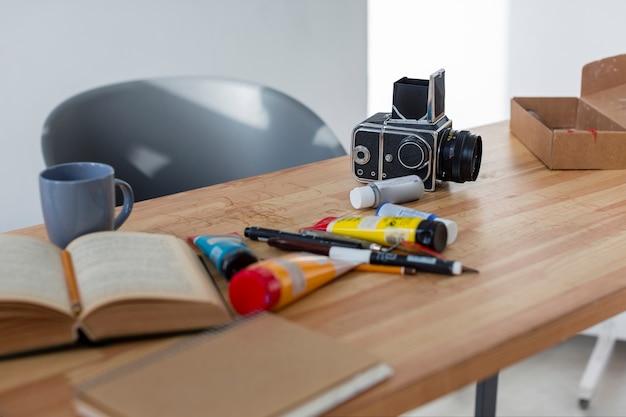 Professionele kunsthulpmiddelen en camera dichte omhooggaand