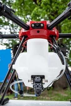 Professionele landbouwdrone op het groene veld Premium Foto