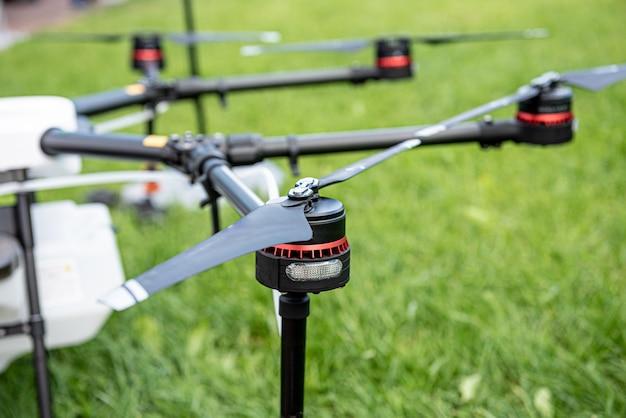 Professionele landbouwdrone op het groene veld