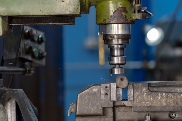 Professionele machinist hand werken met freesmachine in metaalbewerking fabriek