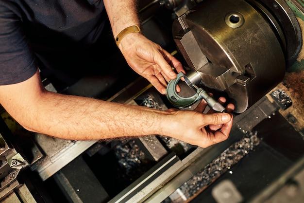Professionele machinist: man die draaibank slijpmachine