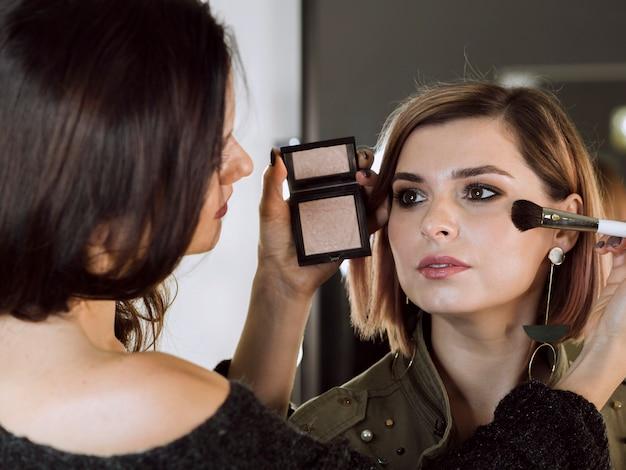 Professionele make-up artiest werkt in de studio