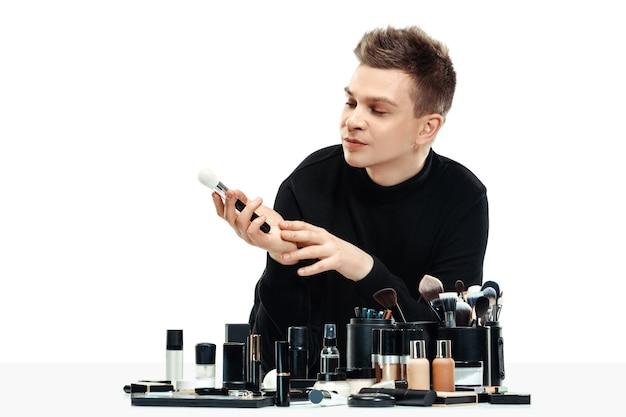 Professionele make-up artist geïsoleerd op wit