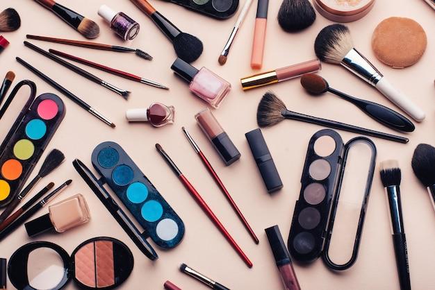 Professionele make-up, gezichtsverzorging en schoonheidsset voor vrouwen. borstels, oogschaduw, lippenstift, poeder, nagellak