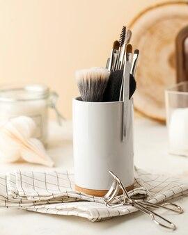 Professionele make-up kwasten in een witte standaard met plek voor tekst