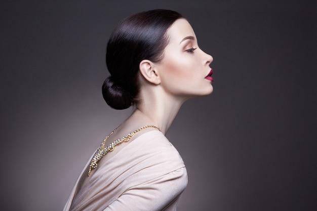 Professionele make-up van de portret de jonge donkerbruine vrouw