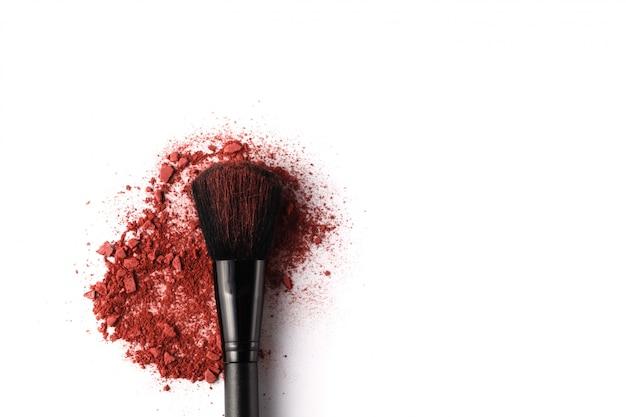 Professionele make-upborstel op geplette oogschaduw