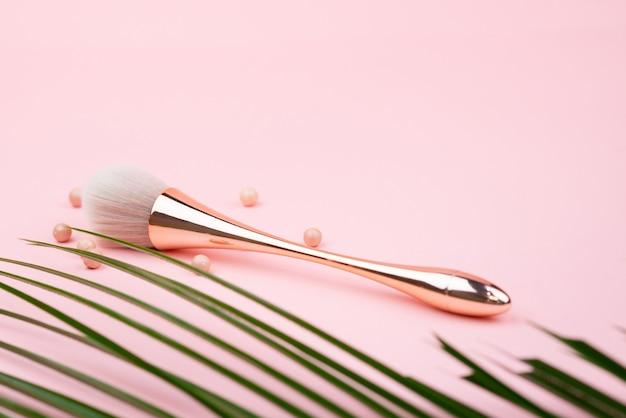 Professionele make-upborstel op roze achtergrond