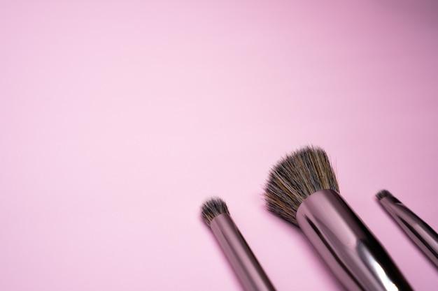 Professionele make-upborstels met zilveren handvat. concept voor schoonheid en gezichtscosmetica