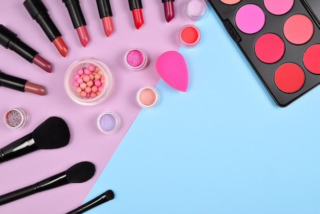 Professionele make-upproducten met cosmetische schoonheidsproducten, blushes, eyeliner, wimpers, borstels en gereedschap