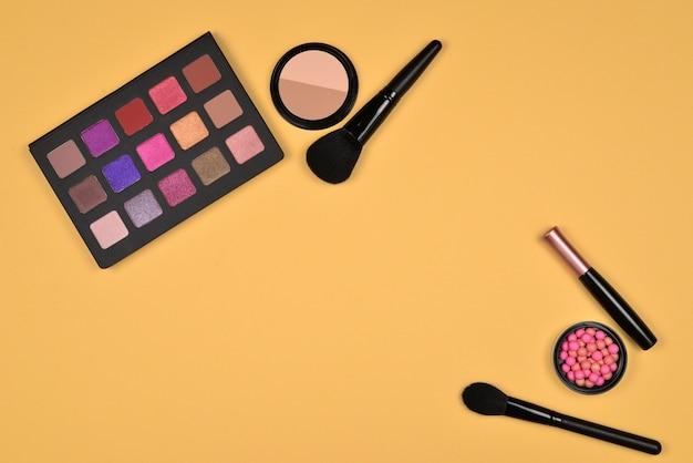 Professionele make-upproducten met cosmetische schoonheidsproducten, foundation, lippenstift, oogschaduw, wimpers, borstels en gereedschap.