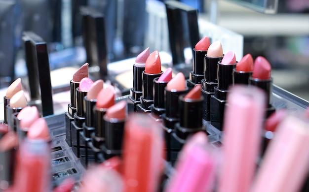 Professionele make-upreeks veel verschillende kleurrijke lippenstift