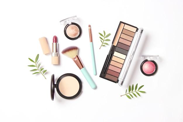 Professionele make-uptools. make-up producten. een set van verschillende producten voor make-up. hoge kwaliteit foto