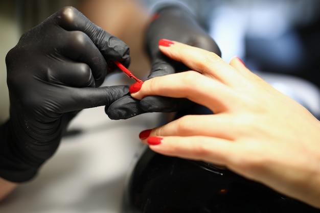 Professionele manicure verleent diensten aan vrouwen