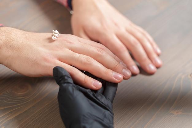 Professionele manicure voor de mens