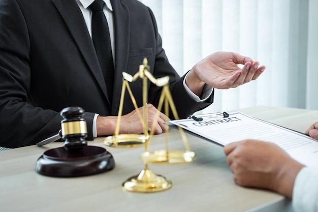 Professionele mannelijke advocaat of adviseur die onderhandelingszaak bespreekt met cliëntvergadering met documentcontract in bureau, wet en rechtvaardigheid, advocaat, procesconcept.
