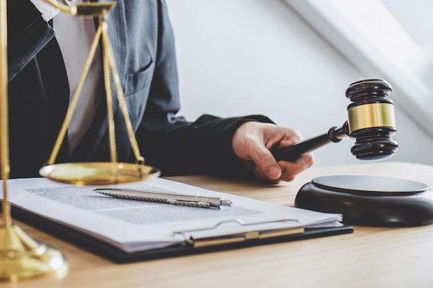 Professionele mannelijke advocaten of counselor werken met advocatenkantoor op kantoor