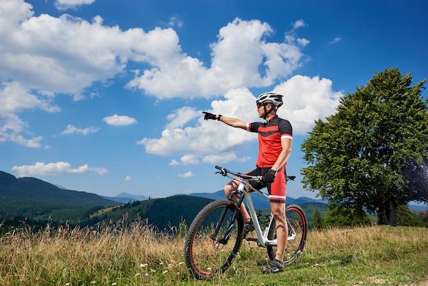 Professionele mannelijke fietser fietsen op pad