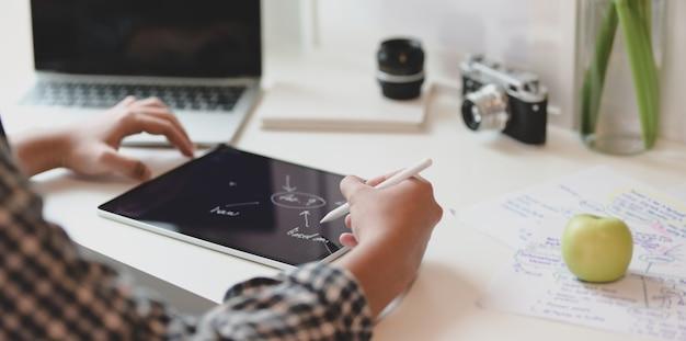 Professionele mannelijke ontwerper die de mindmapping tekent