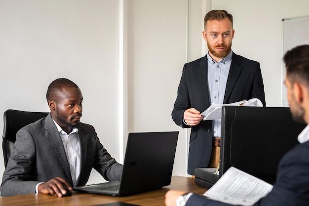 Professionele mannen die ideeën bespreken