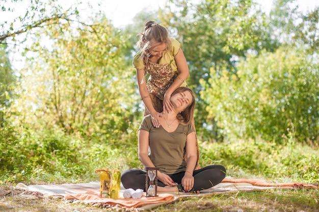 Professionele masseuse implementeert haar massagevaardigheden in de natuur.