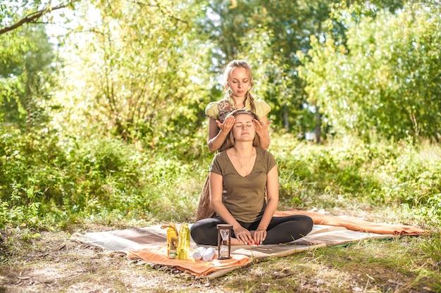 Professionele masseuse zorgt voor een grondige massage op de grond.