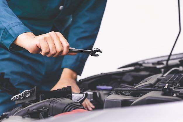 Professionele mechanische hand die autoreparatie en onderhoudsdienst verleent