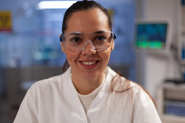 Professionele medische ontwikkelingswetenschapper in laboratorium