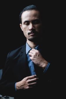 Professionele moderne mode pak instelling concept, persoon portret van slimme zelfverzekerde corporate executive manager zakenman, man mensen succes in baan werk op kantoor