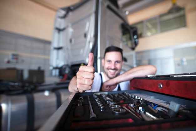 Professionele monteurs door de gereedschapswagen duimen opdagen