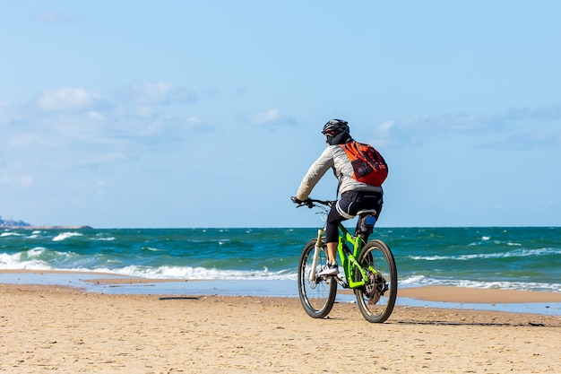 Professionele mountainbiker op het strand van tel aviv, israël