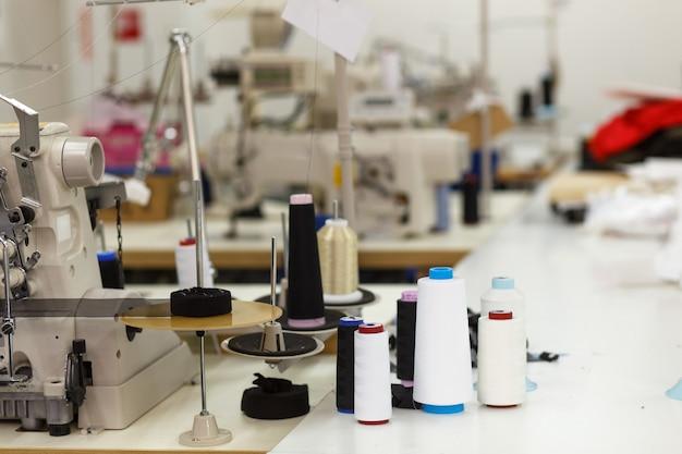 Professionele naaimachine met draad in werkplaats