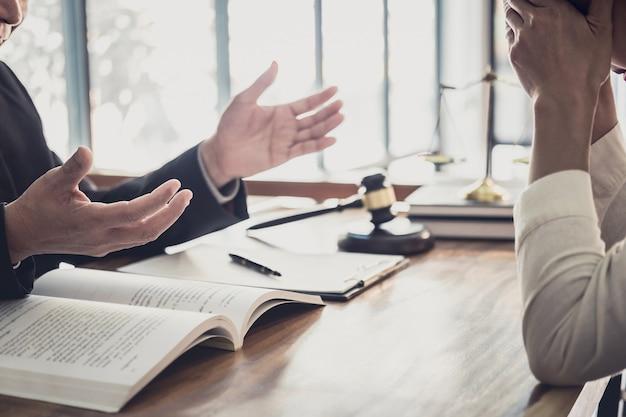 Professionele onderneemster en mannelijke advocaten het werken en bespreking die bij wetsfirma hebben