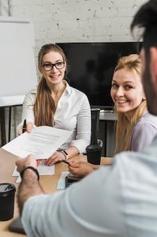 Professionele ondernemers bespreken bedrijfsstrategie