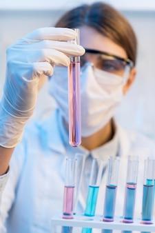 Professionele onderzoeker in lab