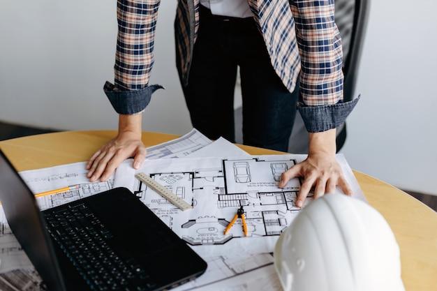 Professionele ontwerper die aan huisontwerp werkt