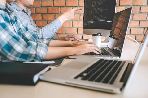Professionele ontwikkelaar programmeur samenwerkingsbijeenkomst en brainstormen en programmeren op de website die werkt aan een software-outsourcing en coderingstechnologie, het schrijven van codes en database.