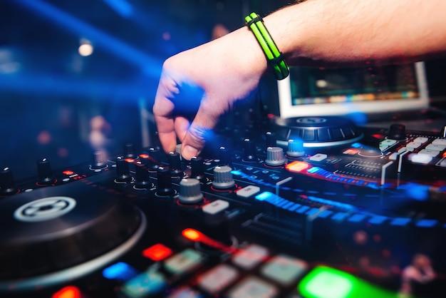 Professionele panel dj-mixer met handbediening voor het mixen van muziek in nachtclub