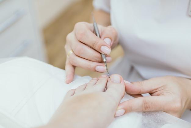 Professionele pedicure cliënt over medische pedicure procedure podotherapie kliniek podologie gezondheidszorg