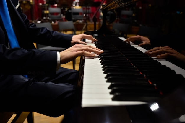 Professionele pianist die een stuk op een vleugelpiano uitvoert.