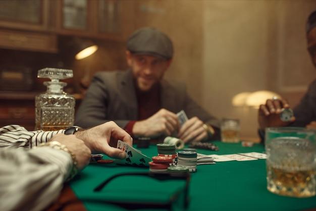 Professionele pokerspeler die in casino speelt. verslaving