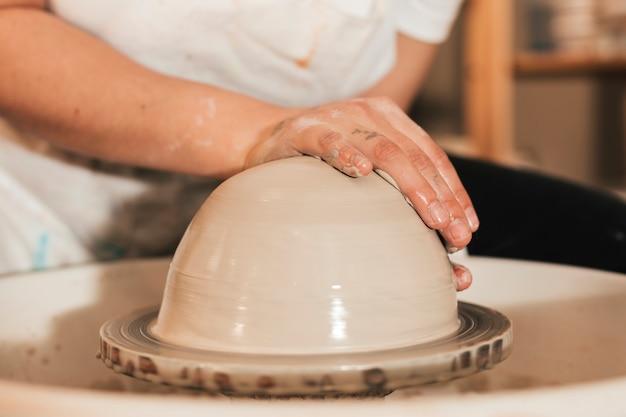Professionele pottenbakker die kom in aardewerkworkshop maakt