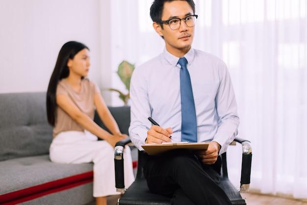 Professionele psycholoog mannen consultatie aan vrouwelijke patiënt zelfmoordpreventie concept