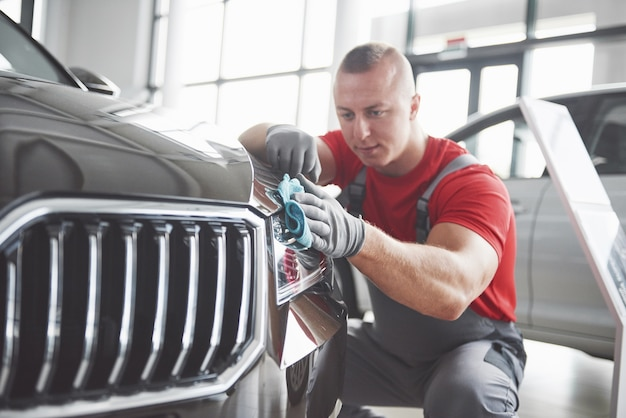 Professionele reiniging en carwash in de autoshowroom.