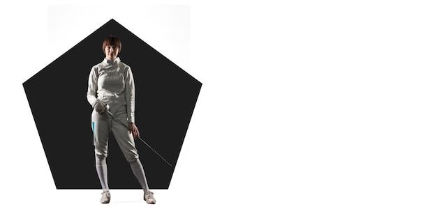 Professionele schermen sportvrouw training, oefenen op witte achtergrond, flyer voor uw advertentie. concept van competitie, sport, gezonde levensstijl, actie, beweging en beweging. geometrisch ontwerp.