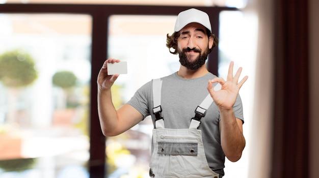 Professionele schilder die een bezoekkaart houdt