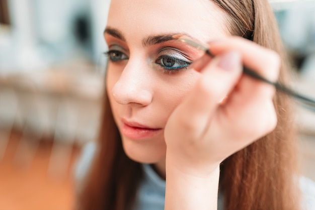 Professionele schoonheidsspecialiste werken met wenkbrauwen van de vrouw in de schoonheidsstudio.