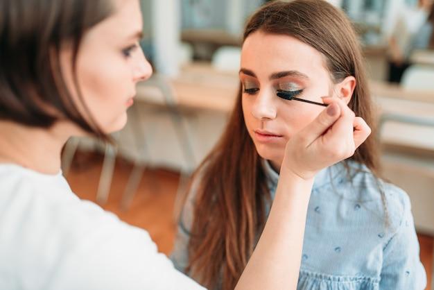 Professionele schoonheidsspecialiste werken met wenkbrauwen van de vrouw
