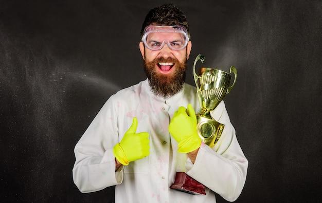 Professionele schoonmaakservice. bebaarde man in uniform en handschoenen met gouden trofee beker.
