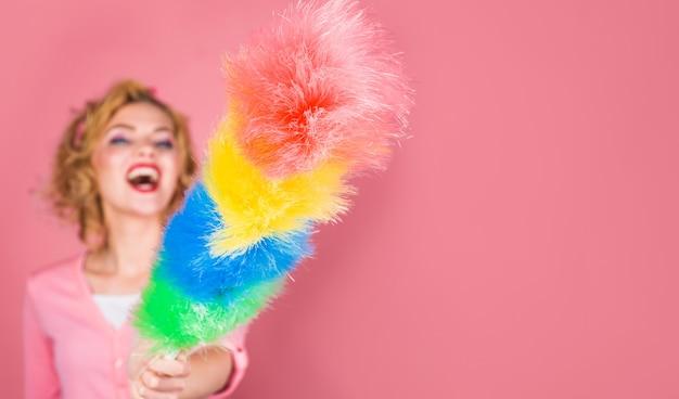 Professionele schoonmaakservice. kleurrijke synthetische stofdoekborstel. kopieer ruimte voor reclame.